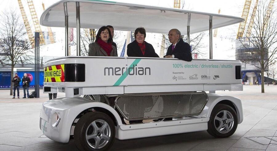 Mens den britiske transportminister, Claire Perry (til venstre), gør klar til at tillade selvkørende biler - som denne - på britiske veje i 2016, udvider Apple tilsyneladende sit engagement i biludvikling. Foto: Jack Taylor, AFP/Scanpix