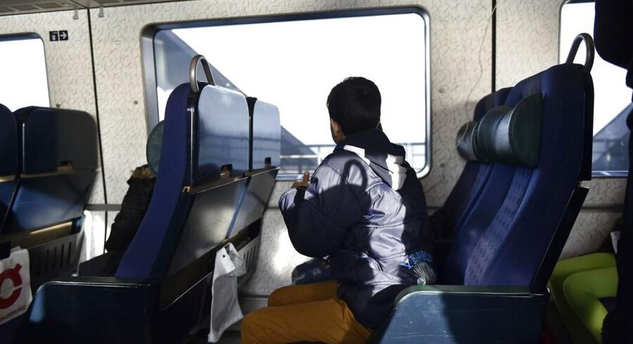 Berlingskes fotograf Asger Ladefoged var med migranter og andre rejsende på det sidste tog fra Danmark, inden Sverige indførte grænsekontrol.