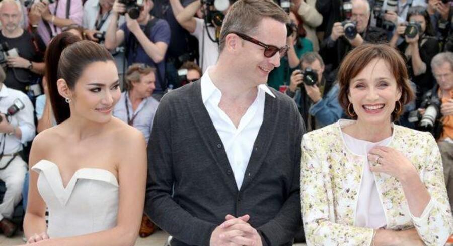 Filminstruktør Nicolas Winding Refn flankeret af to skuespillere til venstre Rhatha Phongam, Nicolas Winding Refn og Kristin Scott Thomas, der spiller moder-monsteret i »Only God Forgives«.