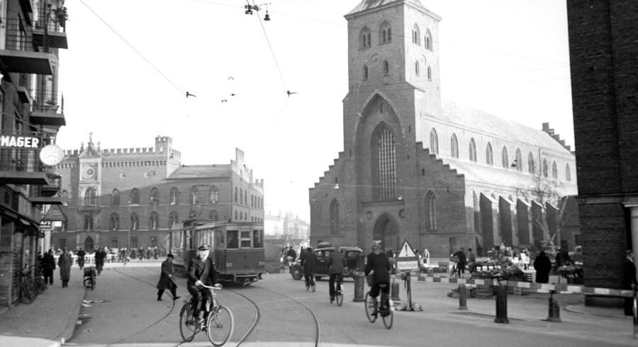 1944: Gadeliv i Odense. Her ses Odense domkirke.