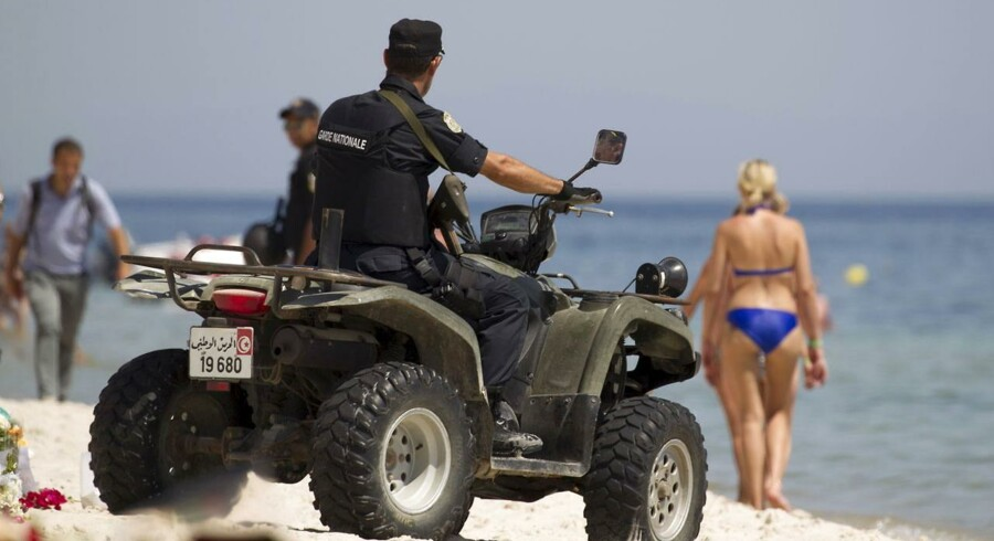 Politifolk patruljerer på stranden nær Imperial Marhaba resort.