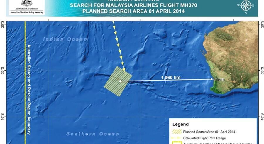 Imens jagten efter det forsvundne Malaysia Airlines-fly fortsætter i Det Indiske Ocean, ændrer de malaysiske mynigheder nu deres forklaring efter hårdt pres.