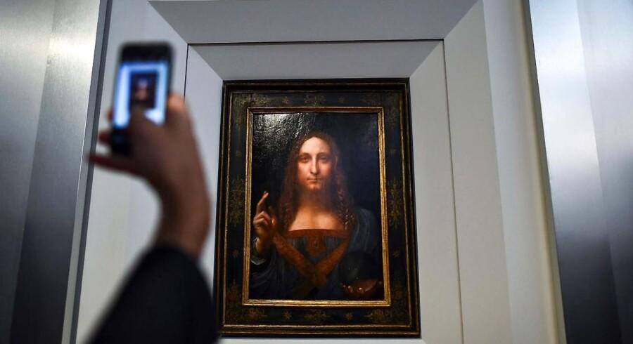 Journalisterne sikrer sig et billede af Leonardo da Vincis maleri »Salvator Mundi« ved en fremvisning i New York.
