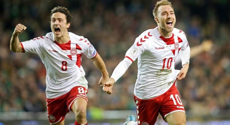 Thomas Delaney (t.v.) udgør sammen med Christian Eriksen et stærkt makkerpar på den danske midtbane. Deres fine samspil er en væsentlig årsag til, at det trods dystre udsigter alligevl lykkedes Danmark at kvalificere sig til VM. Arkivfoto fra kampen mod Irland i Dublin i november 2017/ AFP PHOTO / Paul FAITH