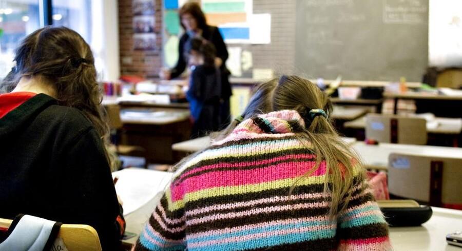 ARKIVFOTO. Det er ikke kun elever i folkeskolen, der møder ind til flere timer efter sommerferien. Landets privatskoler følger trop.
