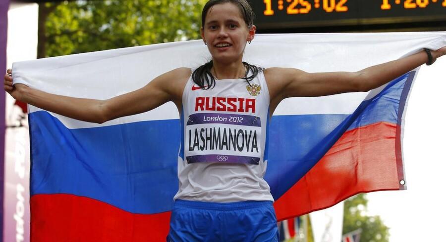 Jelena Lasjmanova holder det russiske flag efter at have vundet guld i 20 kilometer kapgang ved OL i London 2012.