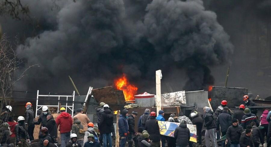 Kievs gader er torsdag blevet omdannet til en krigszone, hvor politi og demonstranter tørner sammen i blodige kampe.