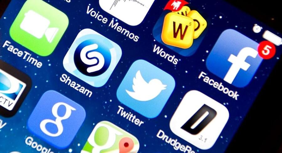 Hackere kan lokke iPhone- og iPad-brugere til at installere falske applikationer, som efterfølgende sikrer dem adgang til telefonen og tavlecomputeren, advarer de amerikanske myndigheder. Arkivfoto: Karen Bleier, AFP/Scanpix