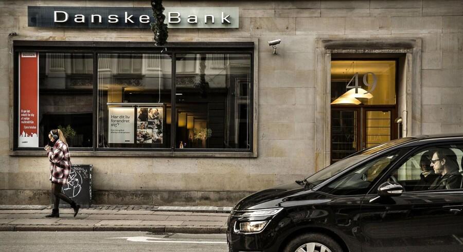 Det er udsigten til en lang årrække med lave renter, som får Danske Bank til at nedskrive mandag morgen.
