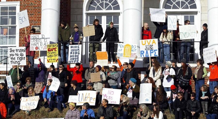 Historien om gruppevoldtægten af Jackie har fået folk i hele USA til at protestere, her ved University of Virginia i Charlottesville. Nu trækker magasinet Rolling Stones, der oprindeligt bragte Jackies historie, historien tilbage. Var det hele løgn?