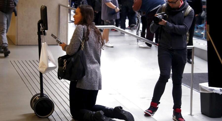 Telepresence-robotten Lucy i kø efter en iPhone 6S ved lanceringen i Sidney i Australien