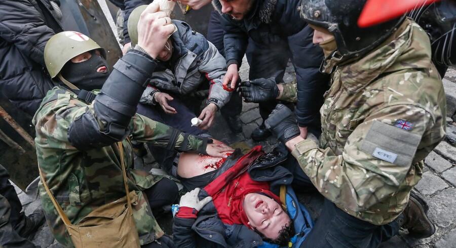 De blodige kampe tager til i Ukraines hovedstad Kiev. Torsdag har været den blodigste dag hidtil med flere end 60 dræbte demonstranter. Foto: EPA/SERGEY DOLZHENKO