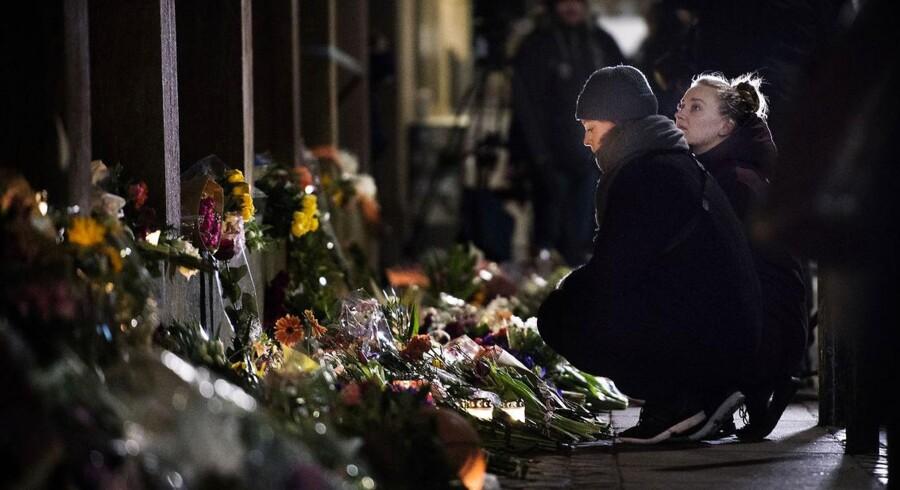 Blomster i Krystalgade foran synagogen