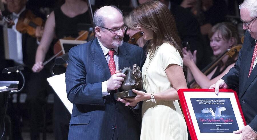 I 2014 blev Salman Rushdie tildelt H.C. Andersen Litteraturprisen. Kronprinsesse Mary overrakte ham prisen i Odense.