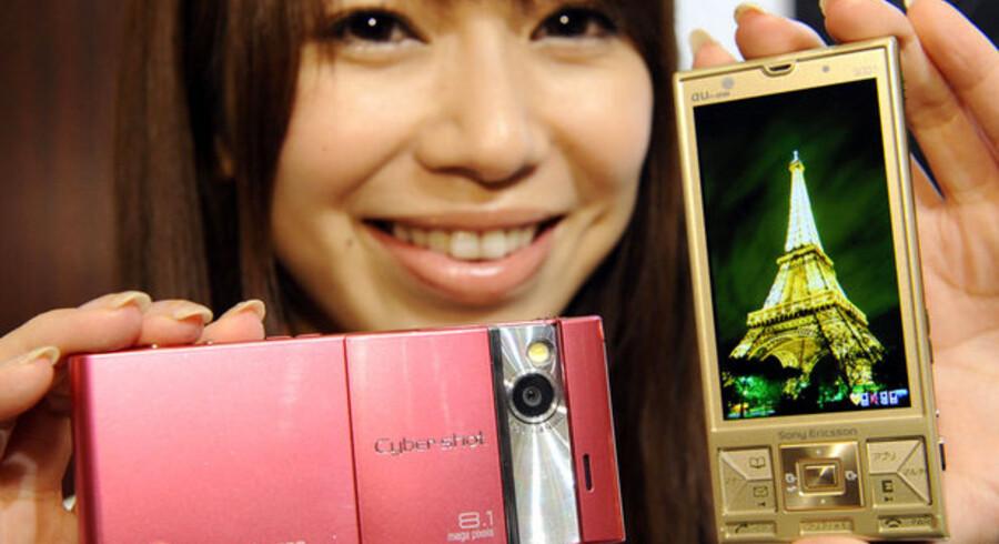 Det er blandt andet datterselskabet Sony Ericssons svigtende salg af mobiltelefoner, der volder Sony-koncernen problemer. Foto: Yoshikazi Tsuno, AFP/Scanpix
