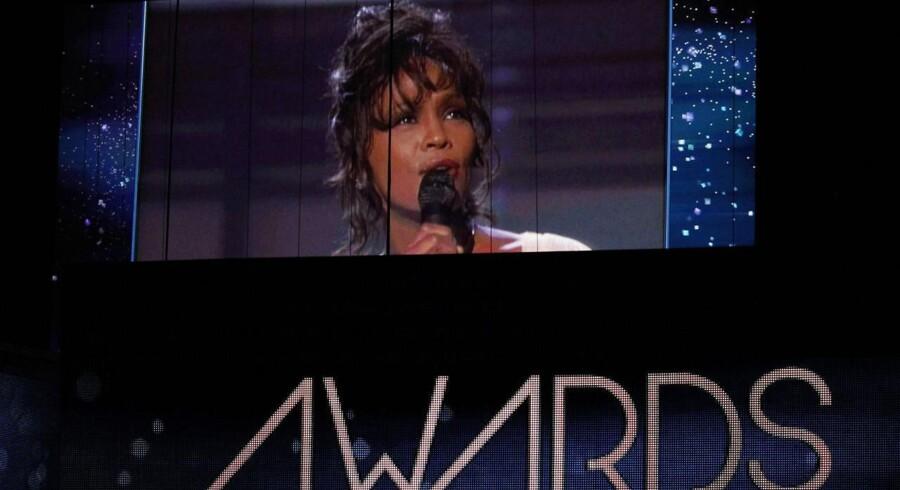 Den afdøde sangerinde Whitney Houston hyldes ved søndagens Grammy-uddeling i USA.