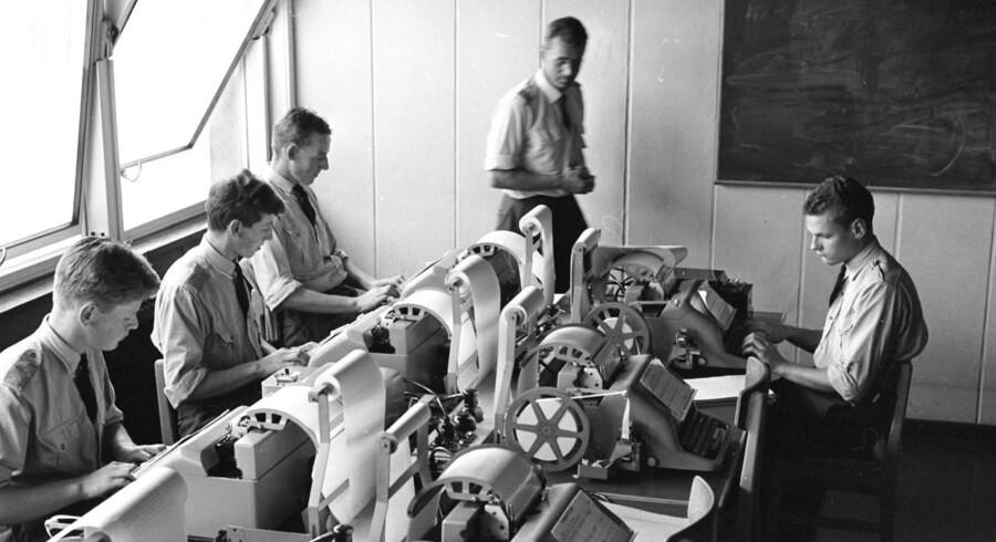 Her ses telefax-afdelingen i det militære tjenestested Jonstruplejren. Selv om afdelingen ikke længere findes, så har fax-maskinen overlevet, og den bliver fortsat benyttet ivrigt i Danmark.