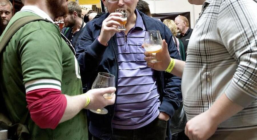 ARKIVFOTO. Midaldrende mænd er målgruppen for Sundhedsstyrelsens kampagne mod alkohol i år. Arkivfotoet er fra Ølfestival København i Valby i maj 2013. (Foto: Keld Navntoft/Scanpix 2013)