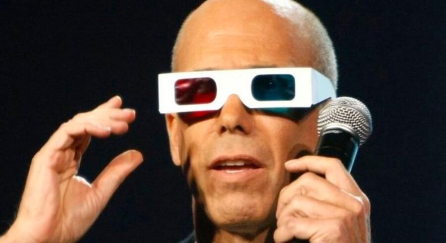 Der skal bruges særlige 3D-briller for at kunne se tredimensionelt TV. Her er det topchefen for Dreamworks Animation, Jeffrey Katzenberg, ved Sony-topchefen Howard Stringers præsentation på verdens største messe for forbrugerelektronik, CES, i Las Vegas i januar i år. Foto: Rick Wilking