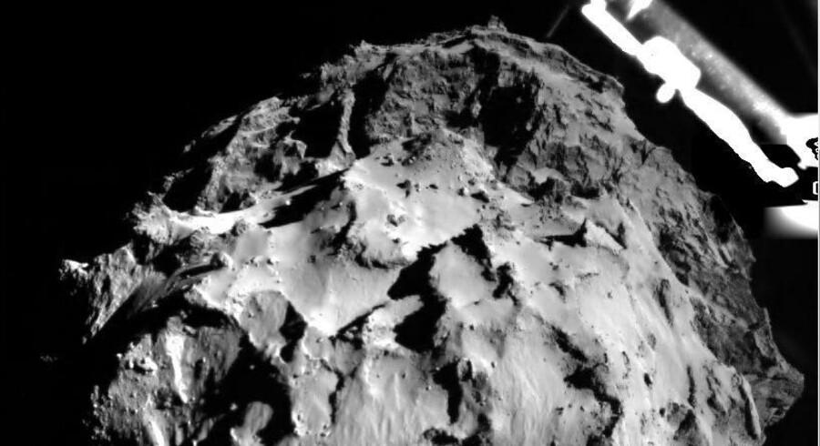 Dette foto er taget, mens Philae er under landingsprocedure tre km over kometen. Øverst til højre ses et af de tre teleskopben. Foto: ESA/EPA