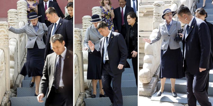 Dronning Margrethe fik nok af de kinesiske sikkerhedsfolk under det stort anlagte statsbesøg i Kina Lørdag formiddag måtte Dronning Margrethe løfte en kritisk pegefinger over for sine kinesiske sikkerhedsfolk.  Den pinlige episode opstod, efter Dronning Margrethe havde besøgt de berømte Ming-grave uden for Beijing. Da den arkæologi-glade dronning forlod anlægget via en lang trappe, vimsede de kinesiske sikkerhedsfolk rundt foran hende i en grad, så hun var tæt på at falde ned af de mange trapper.  Vagterne gik tæt på dronningen og foran hende, så hun knap kunne se, hvor hun skulle sætte fødderne. Undervejs var de endda tæt på at vælte hende. Episoden bliver beskrevet som om, hun var tæt på at lave et rullefald ned af de mange trapper og hun udstødte et forskrækket gisp i forbindelse med episoden. Berlingske Medias udsendte fortæller, at det var en meget utilfreds dronning, der måtte kalde de lokale sikkerhedsvagter til orden, efter hun var kommet sikkert ned på jorden.  Hun viste sin utilfredshed ved at vifte af vagterne. På billederne ser man, at Dronning Margrethe og følge altid er omgivet af et stort antal kinesiske sikkerhedsvagter. Efter besøget ved Ming-gravene fortsatte kortegen til et universitet, hvor dronningen blandt andet skulle møde en gruppe af kinesiske studerende.