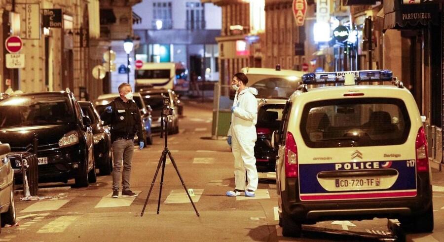 Forældrene til gerningsmand bag knivstikkeri i Paris er ført til afhøring af politiet, oplyser anonym kilde.