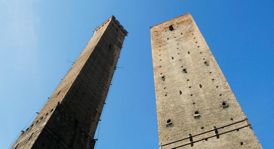 Det røde, rent arkitektonisk, ses tydeligt i byens hjerte, det kæmpestore torv Piazza Maggiore, som altid har været samlingspunkt og skueplads for historiske begivenheder. Det blev brugt til festivaler, henretning og markedsplads, og her ligger imposante bygningsværker som guvernør-paladset, Morandi-museet, den gamle børs og ikke mindst den aldrig fuldendte San Petronio-katedral, hvis byggeri blev stoppet, fordi den i sin størrelse og udsmykning var på vej at overgå Peterskirken i Rom.  Og det gik ikke.