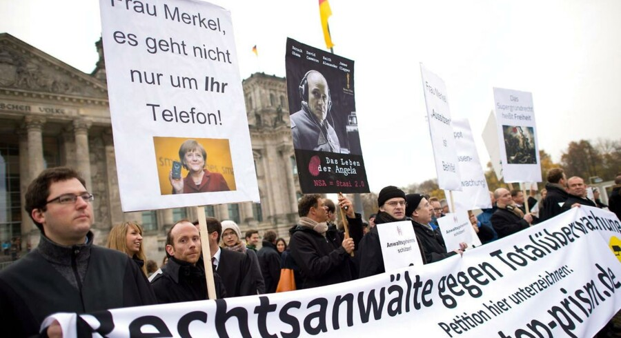 »Fru Merkel, det handler ikke kun om Deres telefon!« stod der på bannerne, som demonstranter holdt op, da de 18. november stillede sig op uden for det tyske parlament, Bundestag, som drøftede det tyske modtræk efter afsløringerne af, at forbundskansler Angela Merkels mobiltelefon gennem ti år var blevet aflyttet af den skandaleramte, amerikanske efterretningstjeneste NSA, som også har aflyttet telefonsamtaler, som 35 unavngivne, internationale ledere har ført. Foto: Bernd von Jutrczenka, EPA/Scanpix