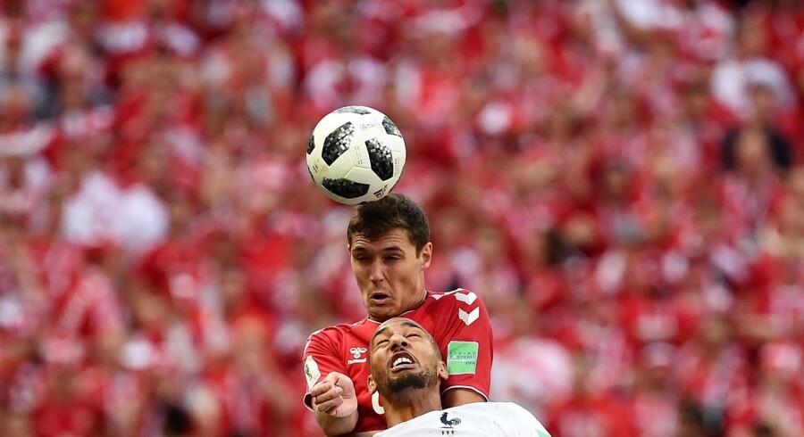 Andreas Christensen overspringer her Frankrigs midtbanekriger Steven N'Zonzi i tirsdagens nullert. Franck Fife/Ritzau Scanpix