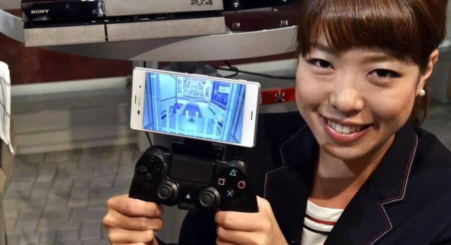 Sonys nye toptelefon, Xperia Z3 (billedet), og lillebroderen Xperia Z3 Compact har fået flotte anmeldelser. Sony gør det samtidig muligt at koble telefonerne på en controler, så man kan spille på den nye Sony Playstation 4. Arkivfoto: Yoshikazu Tsuno, AFP/Scanpix