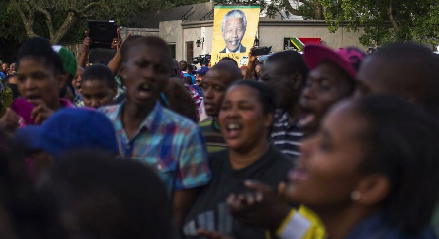 Afrikanere samledes i går ved Mandelas hus i Soweto både for at vise deres sorg og for at hylde den afdøde landsfader.