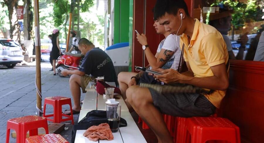 Vietnamesere surfer på internettet på en wifi-cafe i Hanoi