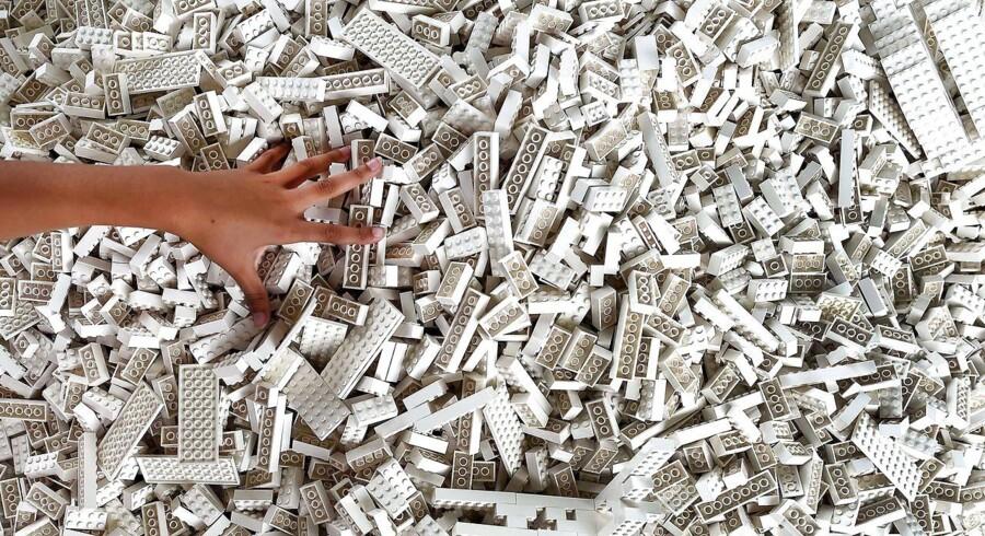 Tirsdag besluttede Lego koncernen at investere én mia. kr. i et nyt center for bæredygtigt materiale i Billund. Centret har 15 år til at finde miljørigtige alternativer til den plastik, der i dag bliver brugt til Lego-klodser.