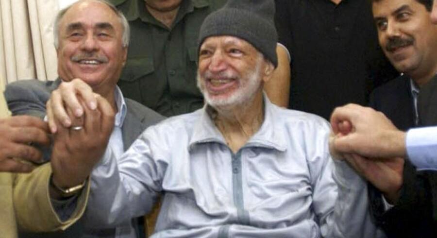 En tydeligt svækket Yassir Arafat fotograferet i sit hjem i Ramallah kort før sin død i 2004. Nu skal hans lig graves op og undersøges for forgiftning.