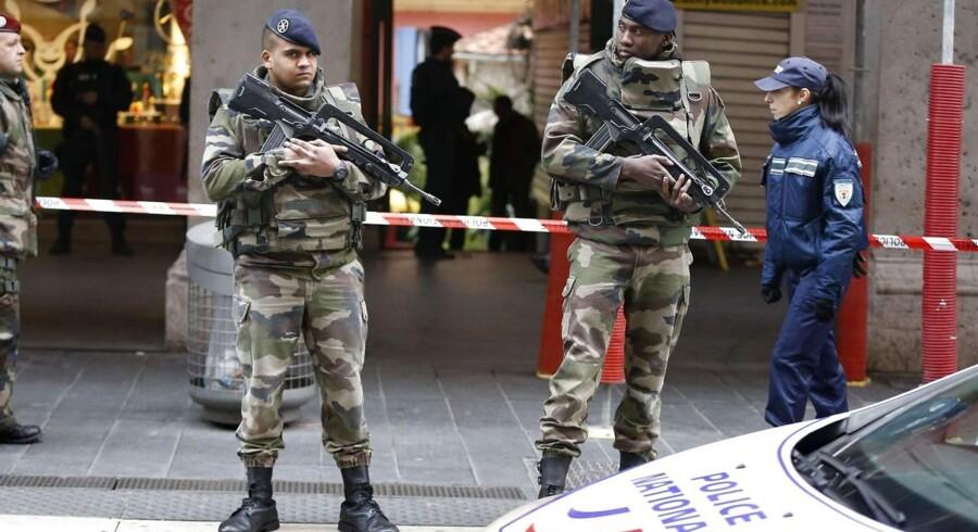 Franske soldater foran jødisk medborgerhus efter dagens knivangreb.