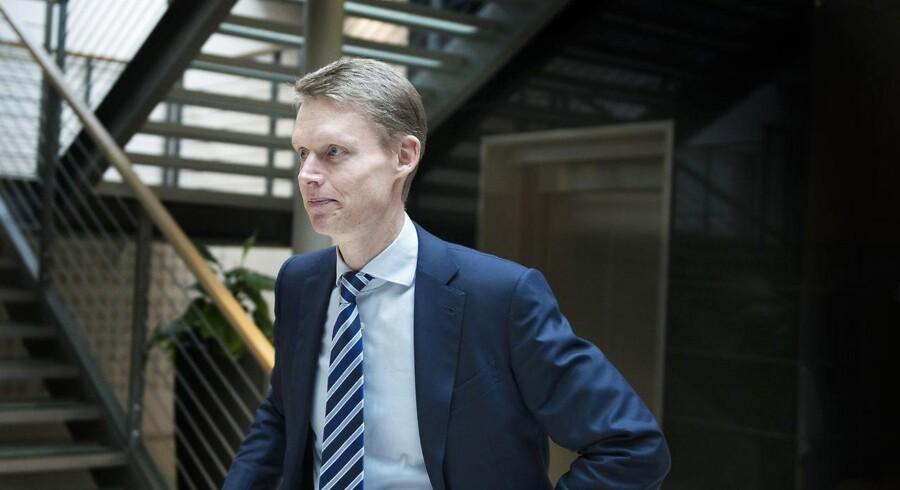 Henrik Poulsen, topchef i DONG, har netop annonceret de største nedskrivninger i selskabets historie på 16 mia. kr. Samtidigt beholder DONG sin olie- og gasforretning i koncernen.