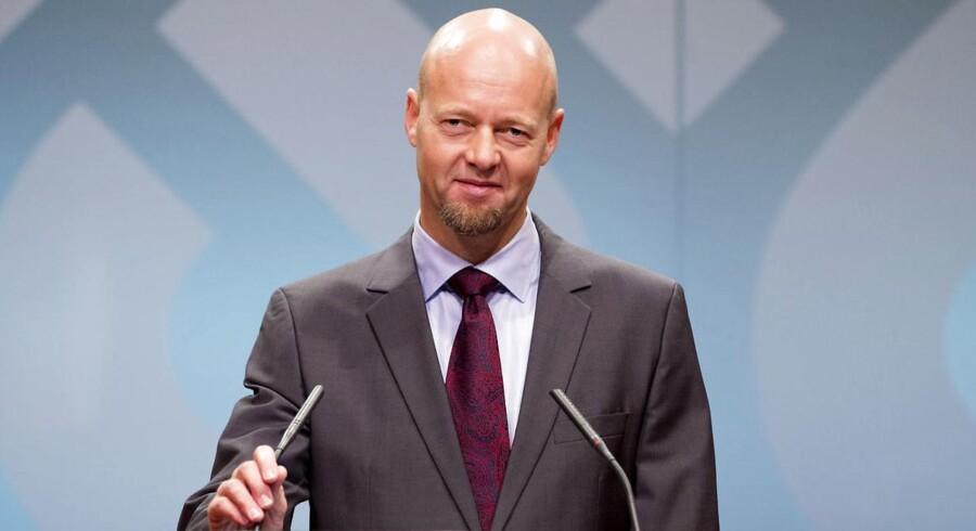 Yngve Slyngstad, der er administrerende direktør for den norske oliefond, har netop ekskluderet fire selskaber fra den enorme pengetanks portefølje.