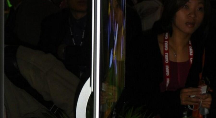 Her kan man for alvor tale om fladskærme. Sonys XEL-1 er det første fjernsyn, som udnytter den nye OLED-teknologi. Skærmen er på 11 tommer men giver endnu skarpere og farveægte billeder end noget andet fladskærmsfjernsyn af den kendte art. Samtidig er strømforbruget langt lavere. Foto: Thomas Breinstrup