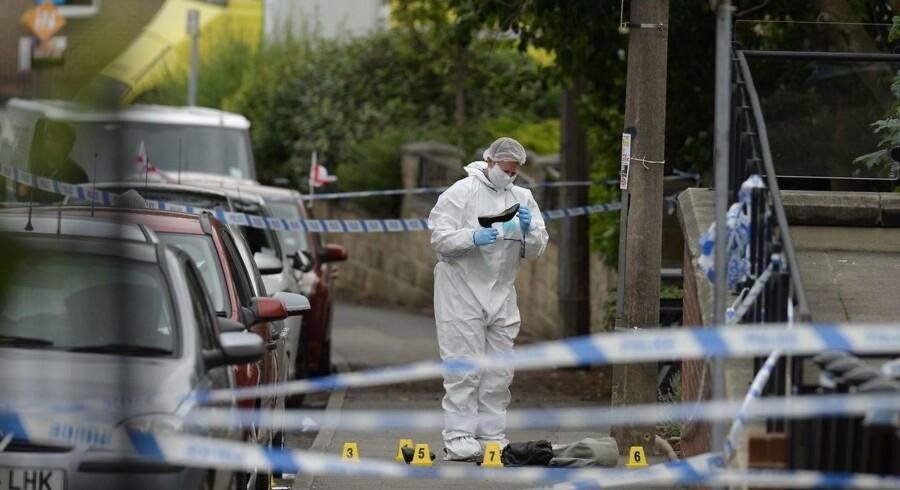 Politiet undersøger gerningsstedet i byen Birstall, hvor Jo Cox blev dræbt af skud og knivstik tidligere i dag.