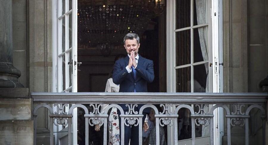 H.K.H Kronprins Frederik fylder 50 år, d. 26 maj. Danskere er mødt op på Amalienborg for at fejre ham og den kongelige familie.