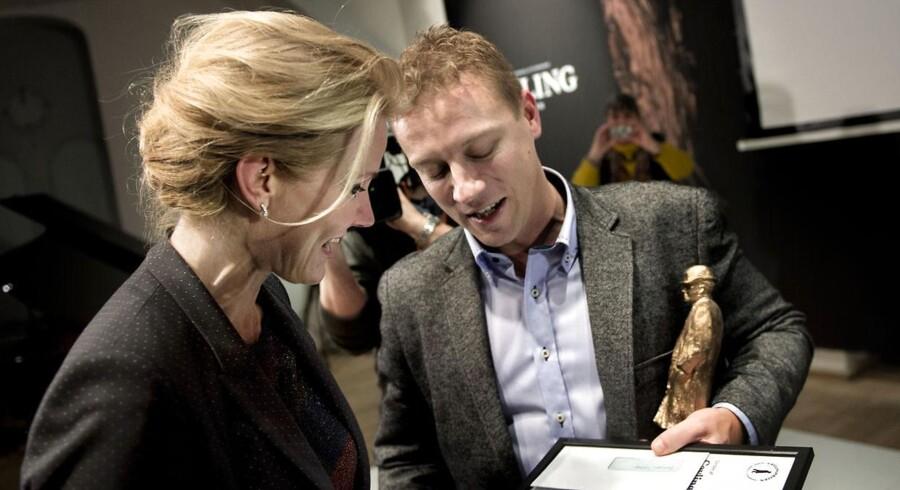 Vinderen journalist Asbjørn With fra Nordjyske Medier i samtale med statsminister Helle Thorning-Schmidt under Cavling pris-uddelingen.