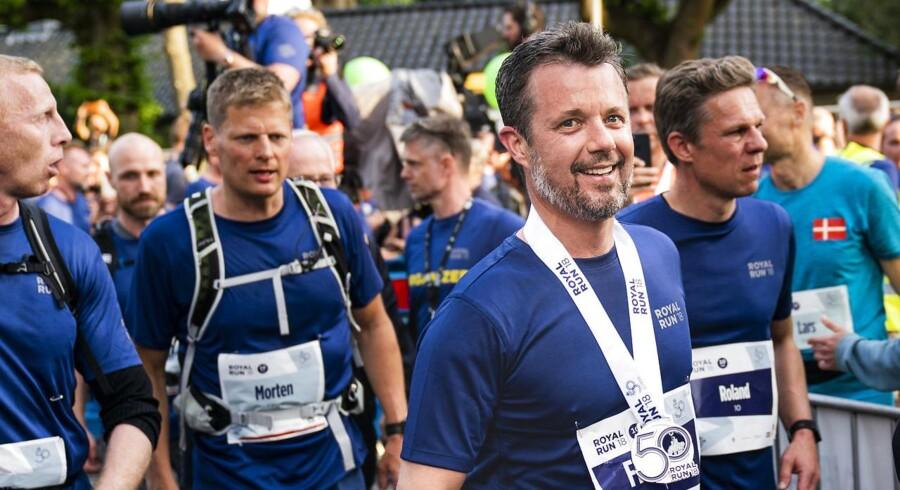Kronprins Frederik kommer i mål på Frederiksberg Alle efter Royal Run.