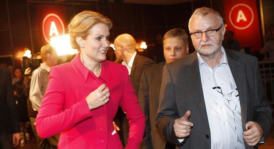 """Statsminister Helle Thorning-Schmidt (S) ved Socialdemokraterne valgfest i Vega. """"Noget tyder på, at vi går markant tilbage,"""" sagde Thorning til partifællerne. Men det gjorde Socialdemokraterne ikke, selv om målinger fra Epinion til DR havde vist det tidligere på dagen."""