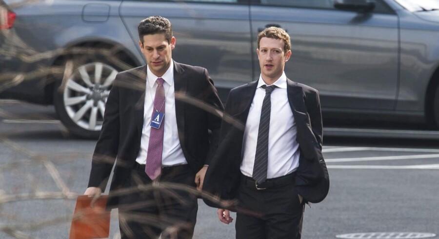 Facebooks stifter og topchef, Mark Zuckerberg, ankommer til fredagens møde med præsident Barack Obama om den omfattende overvågning. Og præsidenten gør ikke nær nok for at få den stoppet, lød meldingen bagefter. Foto: Jim Lo Scalzo, EPA/Scanpix