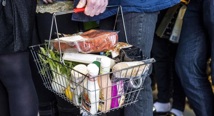 Når sidste holdbarhedsdato er overskredet, ender størstedelen af butikkernes varer i skraldespanden. Det skal der laves om på nu.