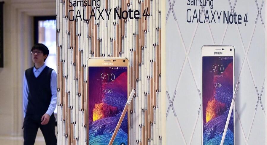 Samsung lancerede for en måned siden sin nye Galaxy Note 4-telefon, og også Galaxy S5 er med i frontløbet. Men overskuddet er på et år faldet med 60 procent på grund af den voksende konkurrence. Foto: Jung Yeon-Je, AFP/Scanpix