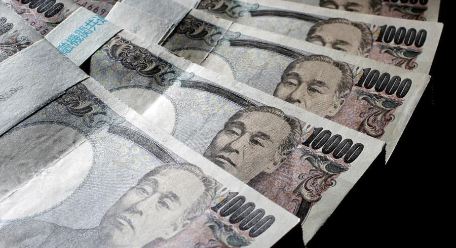 Det efterlader et japansk handelsoverskud i sæsonkorrigerede tal på 349 mia. yen, hvor økonomerne havde estimeret et overskud på 211 mia. yen.