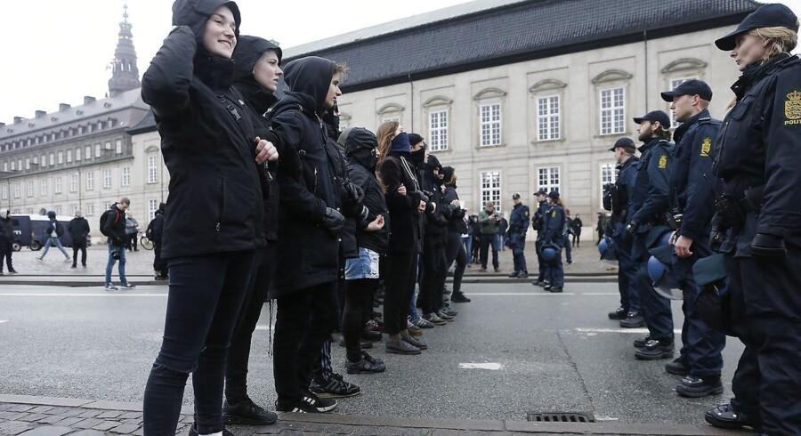 Den højreorienterede og islamkritiske organisation demonstrerer i dag i flere europæiske byer.I København er der demonstration på Axeltorv. På billedet holdes moddemonstranter i skak af politiet.