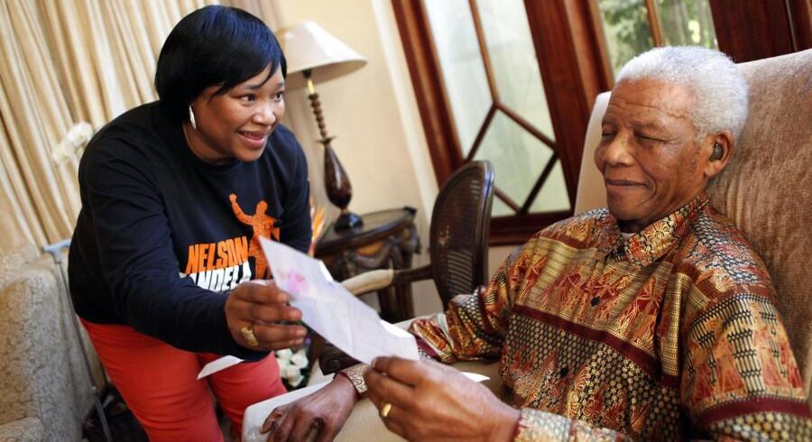 Arkiv: Zindzi Mandela (til venstre) er den yngste datter af Nelson Mandela. Her ses hun med sin far i 2010.
