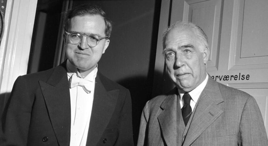 Aage Bohr (tv) søn af professor Niels Bohr modtog i 1975 Nobelprisen i fysik. Guldmedaljen bliver sat på auktion 13. november.